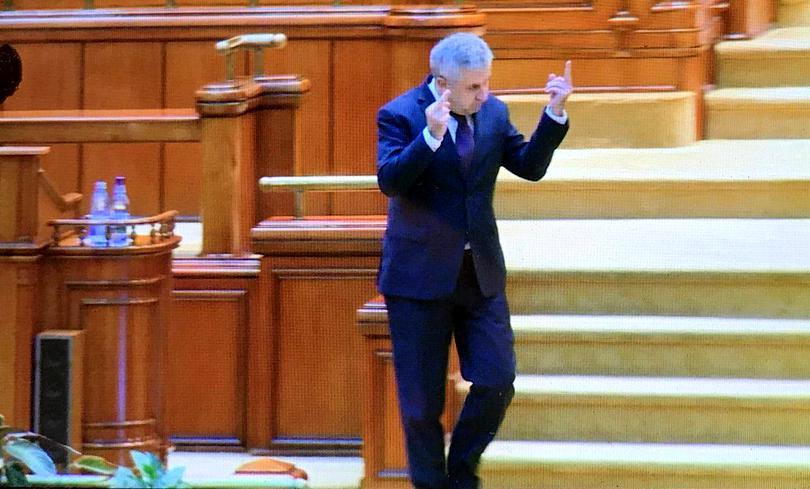 Florin Iordache a arătat semne obscene, miercuri, în plenul Parlamentului (sursa foto: libertatea.ro)